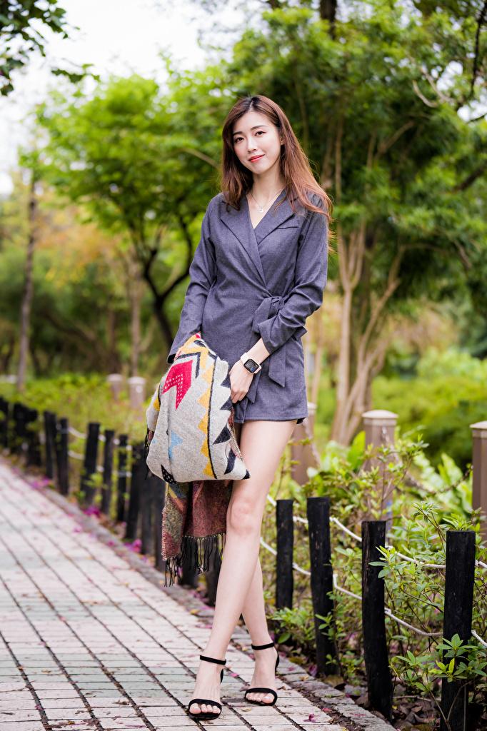 Fotos von Braune Haare posiert Mädchens Bein Asiatische Kleid  für Handy Braunhaarige Pose junge frau junge Frauen Asiaten asiatisches