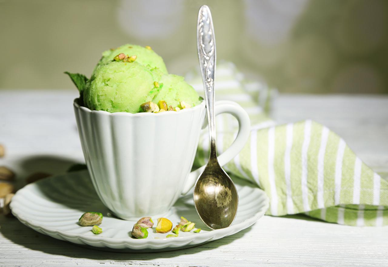 Desktop Hintergrundbilder Speiseeis Gelb grüne Tasse Kugeln Löffel das Essen Nussfrüchte hellgrüne Lebensmittel Schalenobst