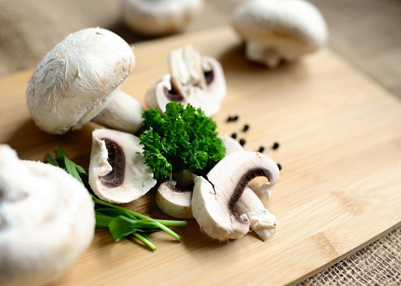 Desktop Hintergrundbilder Bokeh Zucht-Champignon Pilze Geschnitten Lebensmittel Schneidebrett unscharfer Hintergrund das Essen geschnittene geschnittenes