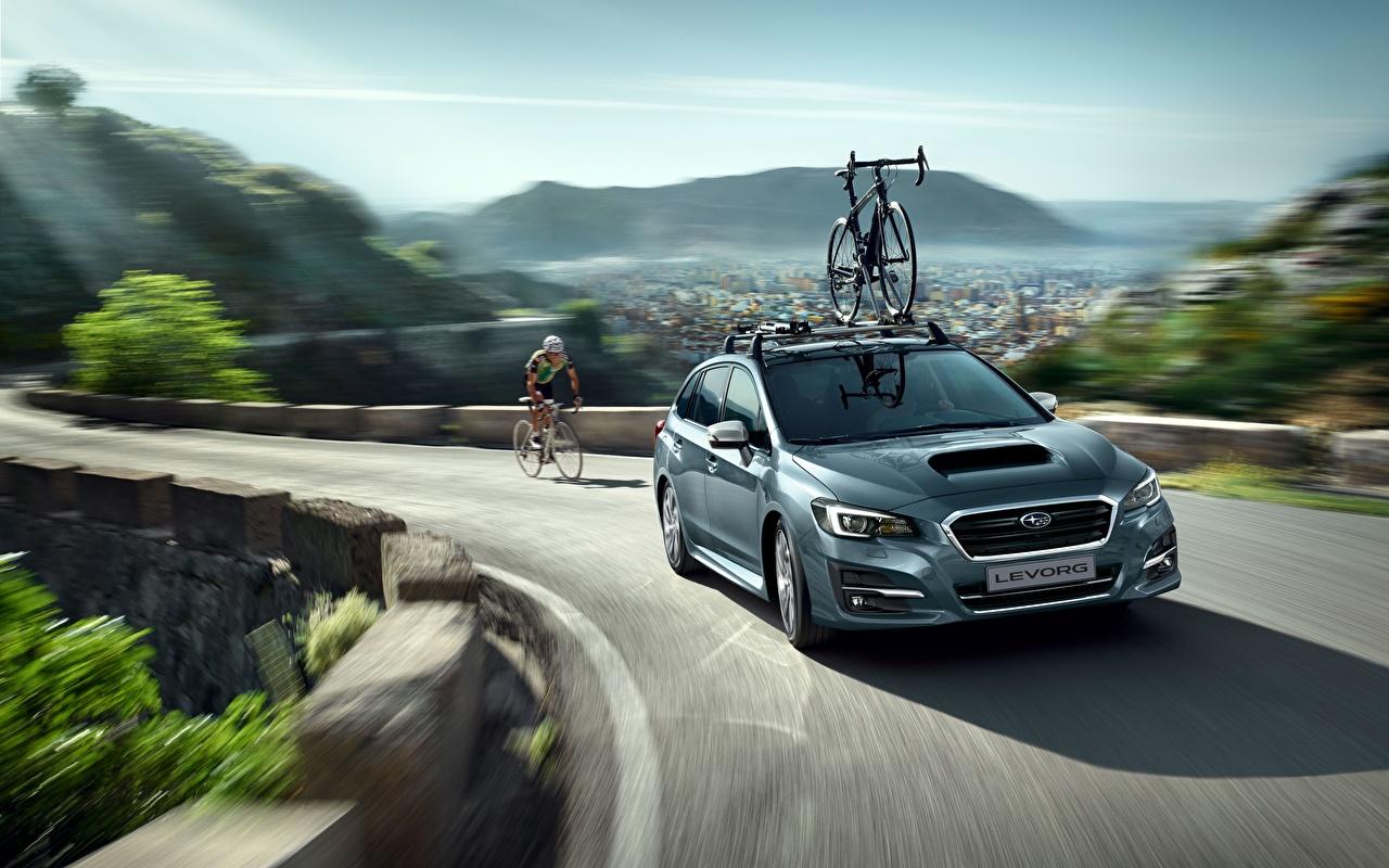 Fotos von Subaru Kombi Levorg fahrräder Bewegung auto Fahrrad fährt fahren fahrendes Geschwindigkeit Autos automobil