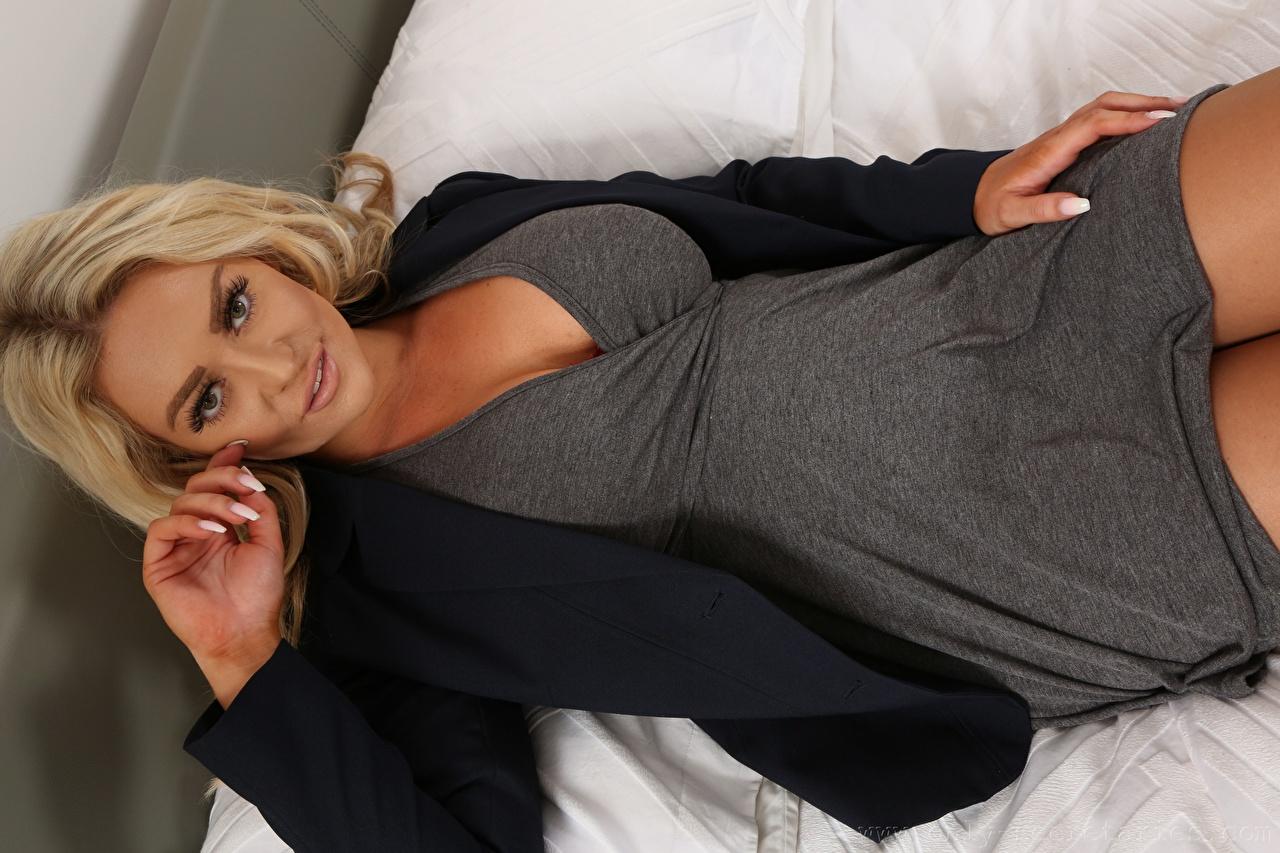 Bilder von Amy S Only Blond Mädchen Liegen Mädchens Hand Blick Blondine Liegt ruhen hinlegen junge frau junge Frauen Starren
