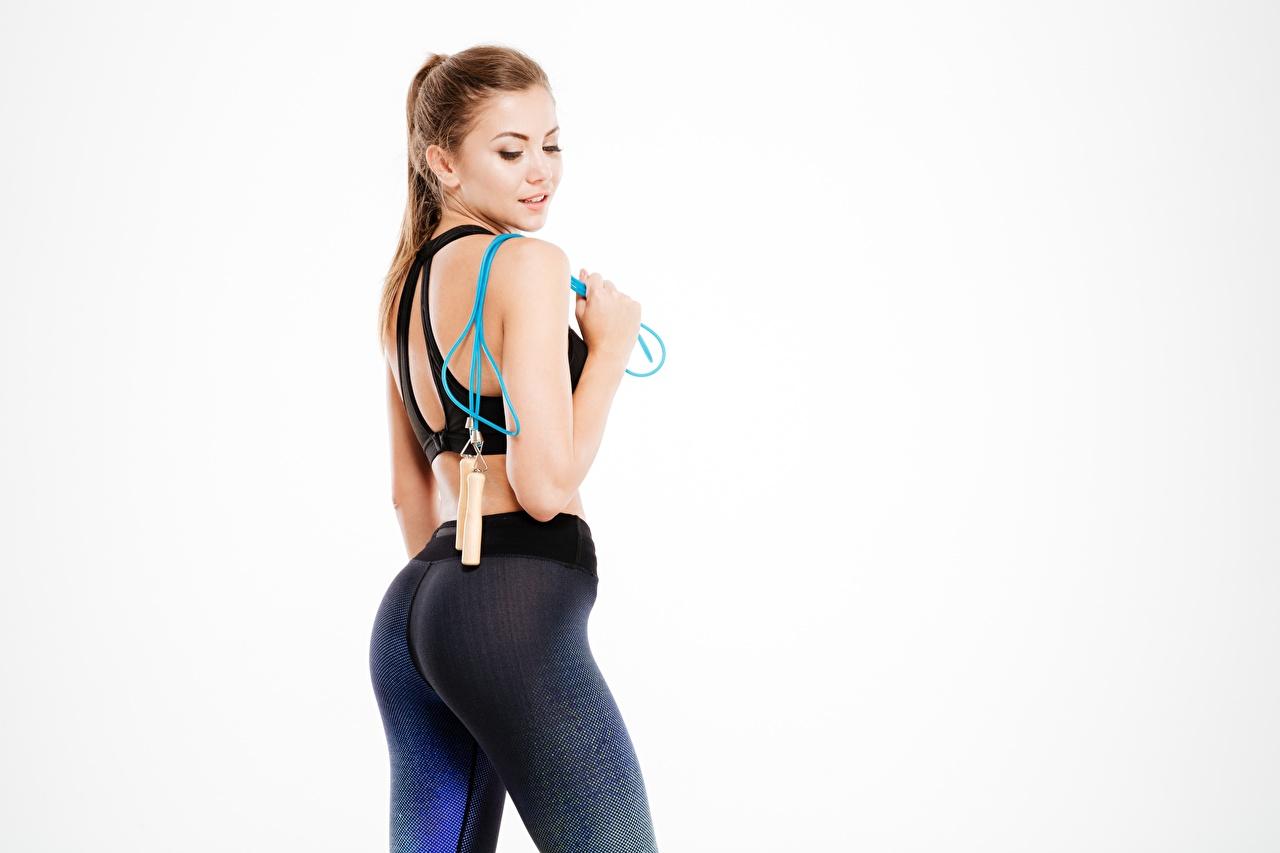 Bilder Gesäß Braune Haare Pose schönes Fitness Sport junge Frauen Weißer hintergrund Braunhaarige Schön posiert schöne hübsch hübsche schöner hübscher Mädchens junge frau sportliches
