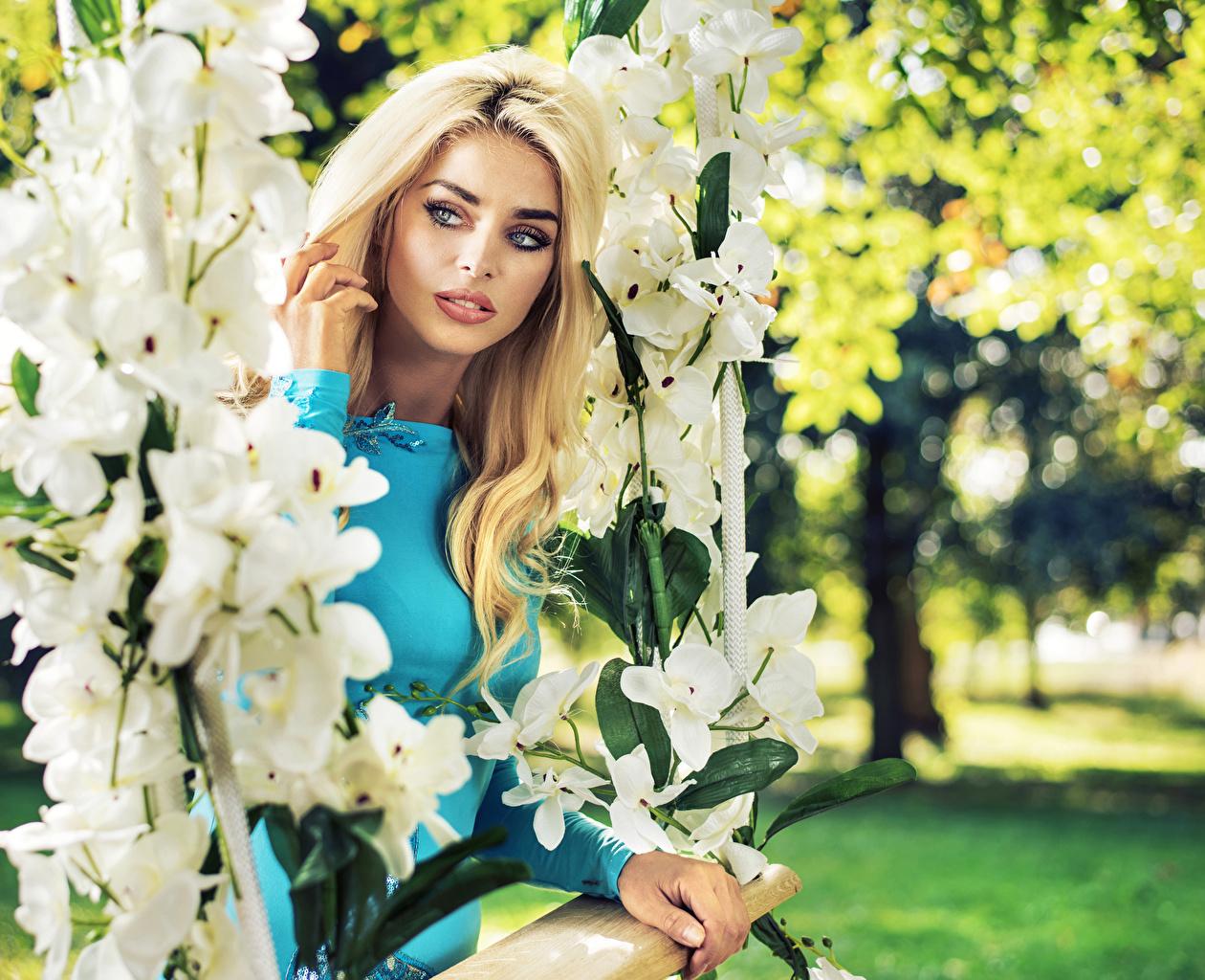 Foto Blondine Schaukel Mädchens Orchideen Blick Blond Mädchen Starren
