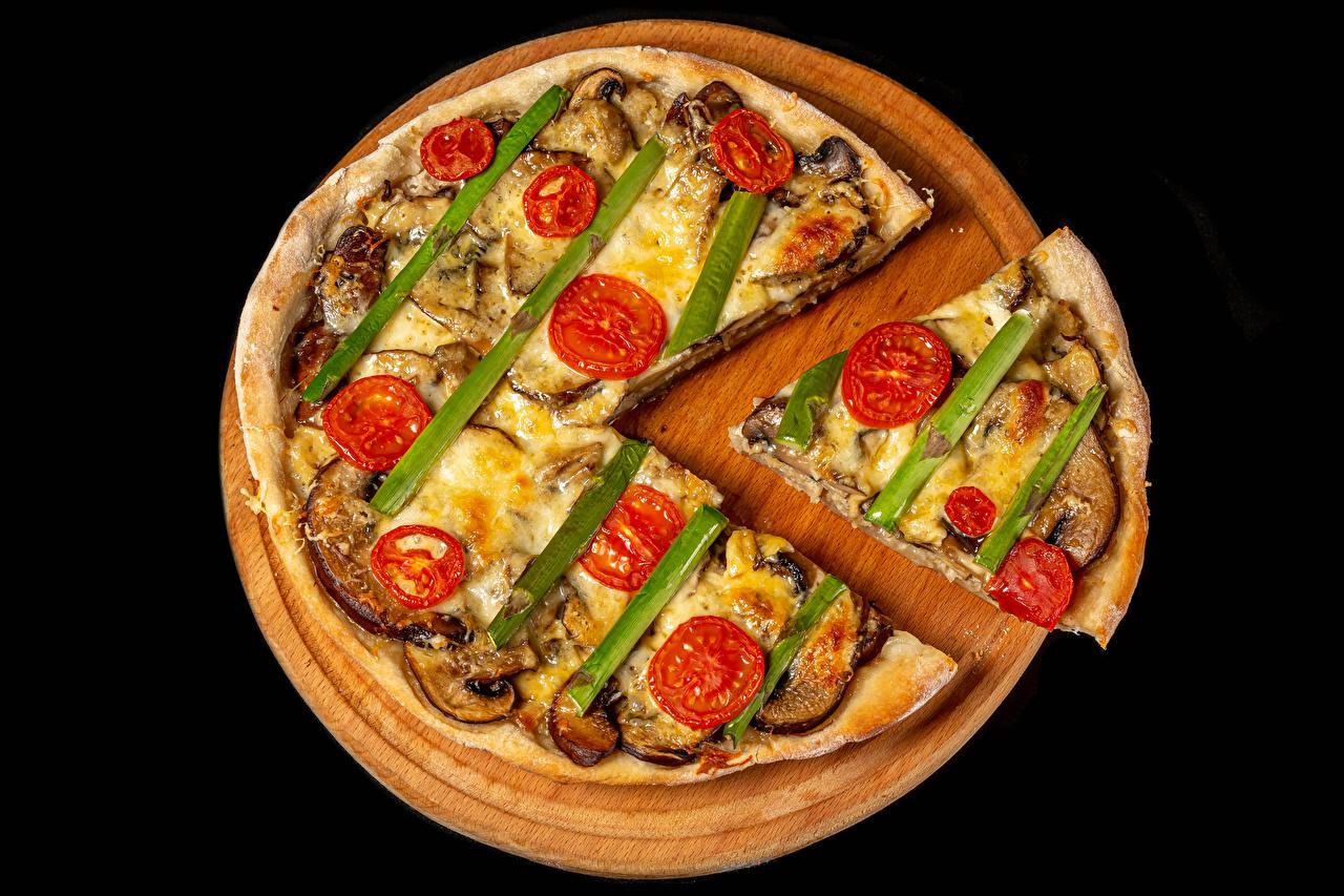 Fotos von Pizza stücke Gemüse Lebensmittel Schneidebrett Schwarzer Hintergrund Stück das Essen