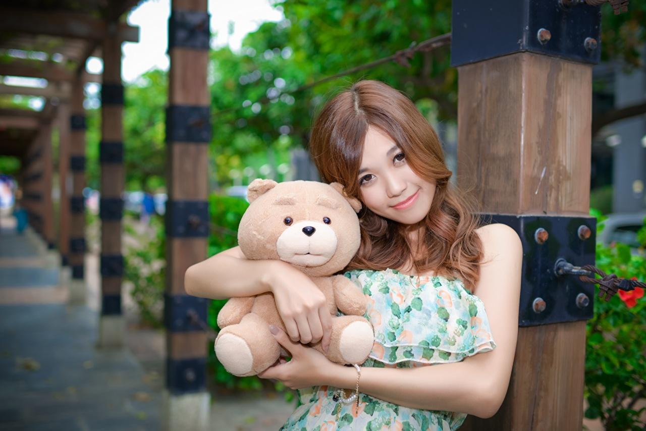zdjęcie brązowowłosa dziewczyna Bokeh przytulić Dziewczyny Miś azjatycka zabawka Spojrzenie Szatenka dziewczyna z brązowymi włosami rozmazane tło przytul przytula dziewczyna Przytulania młoda kobieta młode kobiety Azjaci wzrok Zabawki