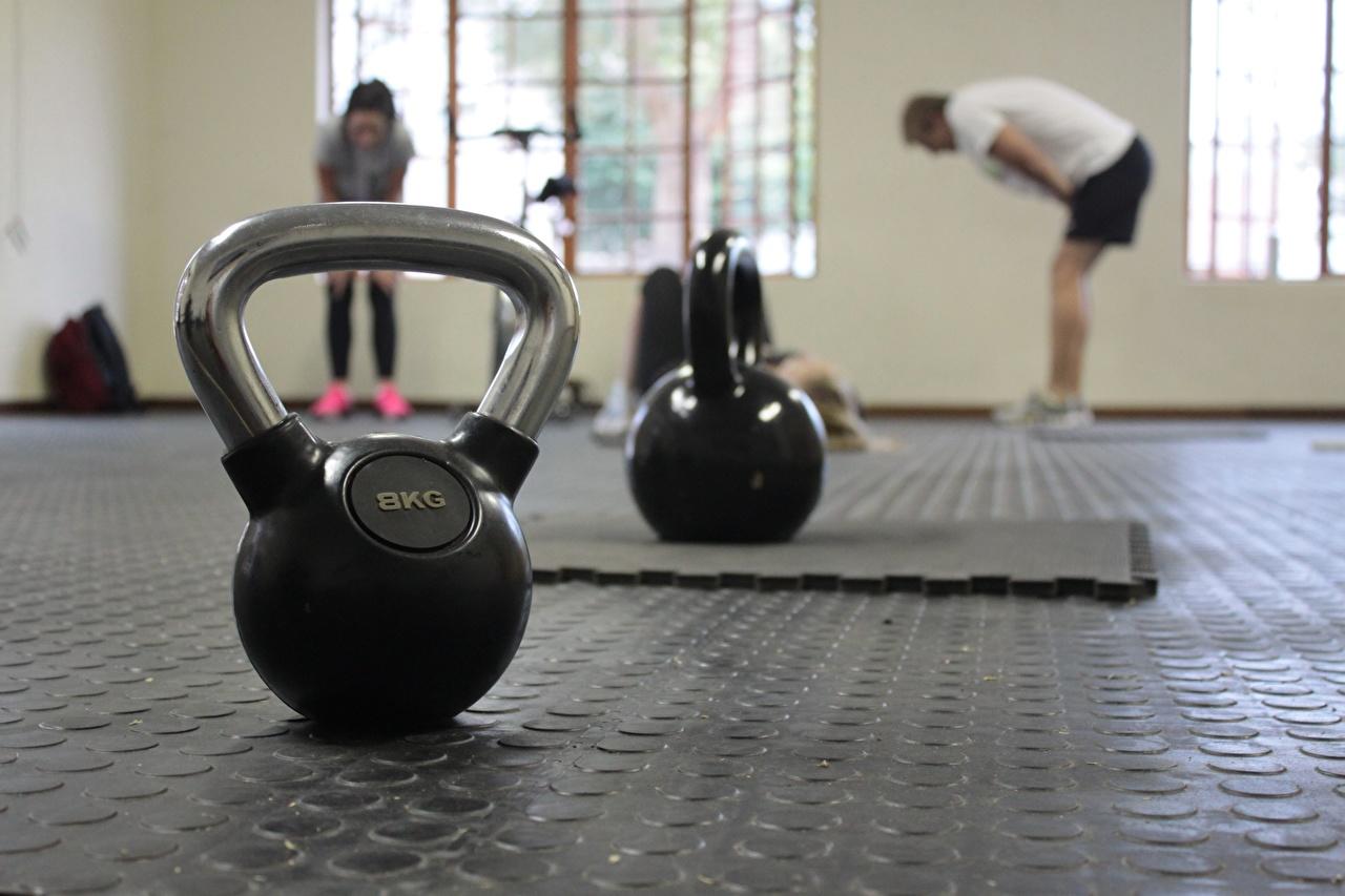 Fotos von Sport Fitnessstudio Bokeh Fitness Hanteln Kugelhantel sportliches Turnhalle unscharfer Hintergrund Hantel