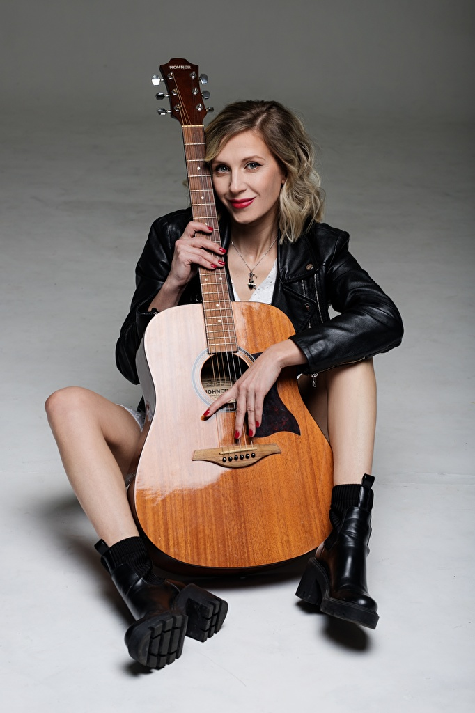 Instrument de musique Fond gris Blondeur Fille Guitare Veste S'asseyant Jambe jeune femme, jeunes femmes, assise, assis, assises Filles pour Téléphone mobile