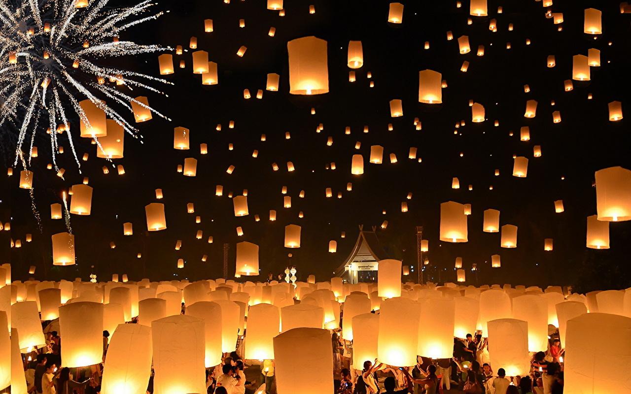 Foto Thailandia Fuochi d'artificio Una lanterna Floating Lanterns Loi Krathong Festival notturna Molte Città Notte Di notte molti
