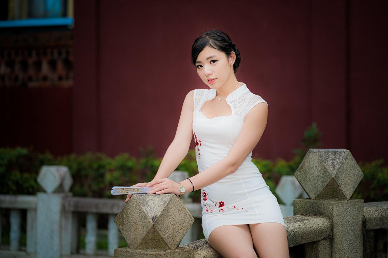 Fotos von Brünette unscharfer Hintergrund junge frau Asiatische Hand sitzen Blick Kleid Bokeh Mädchens junge Frauen Asiaten asiatisches sitzt Sitzend Starren