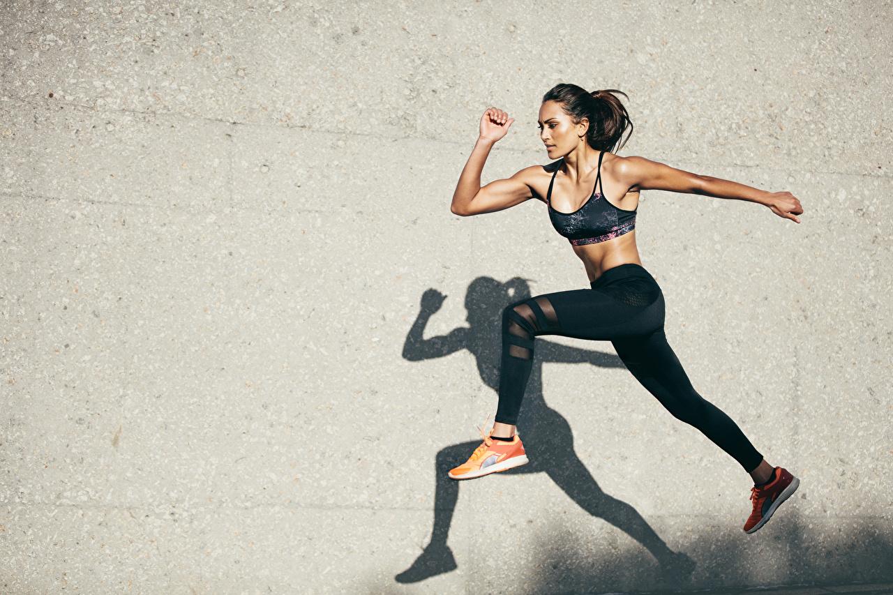 Bilder på skrivbordet Skugga Brunett tjej Fitness Unga kvinnor Ben hoppande väggar Händer ung kvinna Hoppar hand Vägg