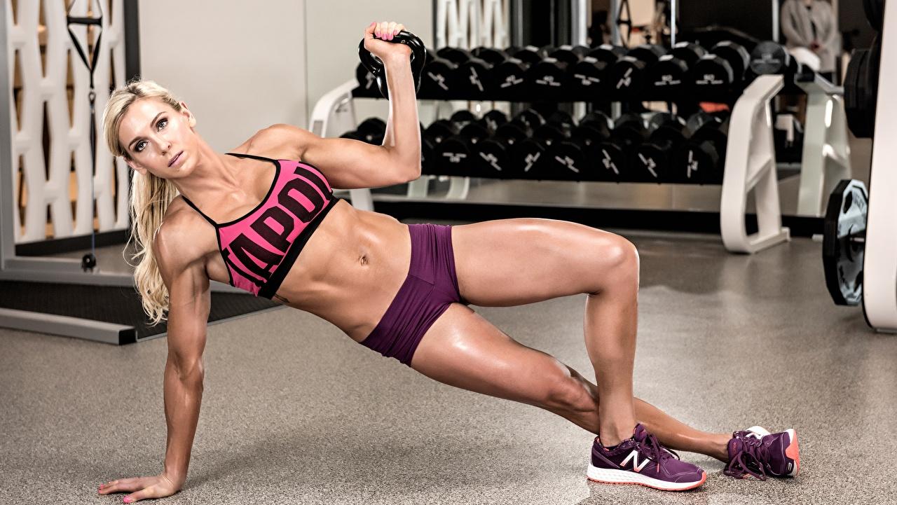 Foto Blond Mädchen Turnhalle Körperliche Aktivität Pose Fitness Sport junge frau Bein Blondine Trainieren Fitnessstudio posiert Mädchens sportliches junge Frauen