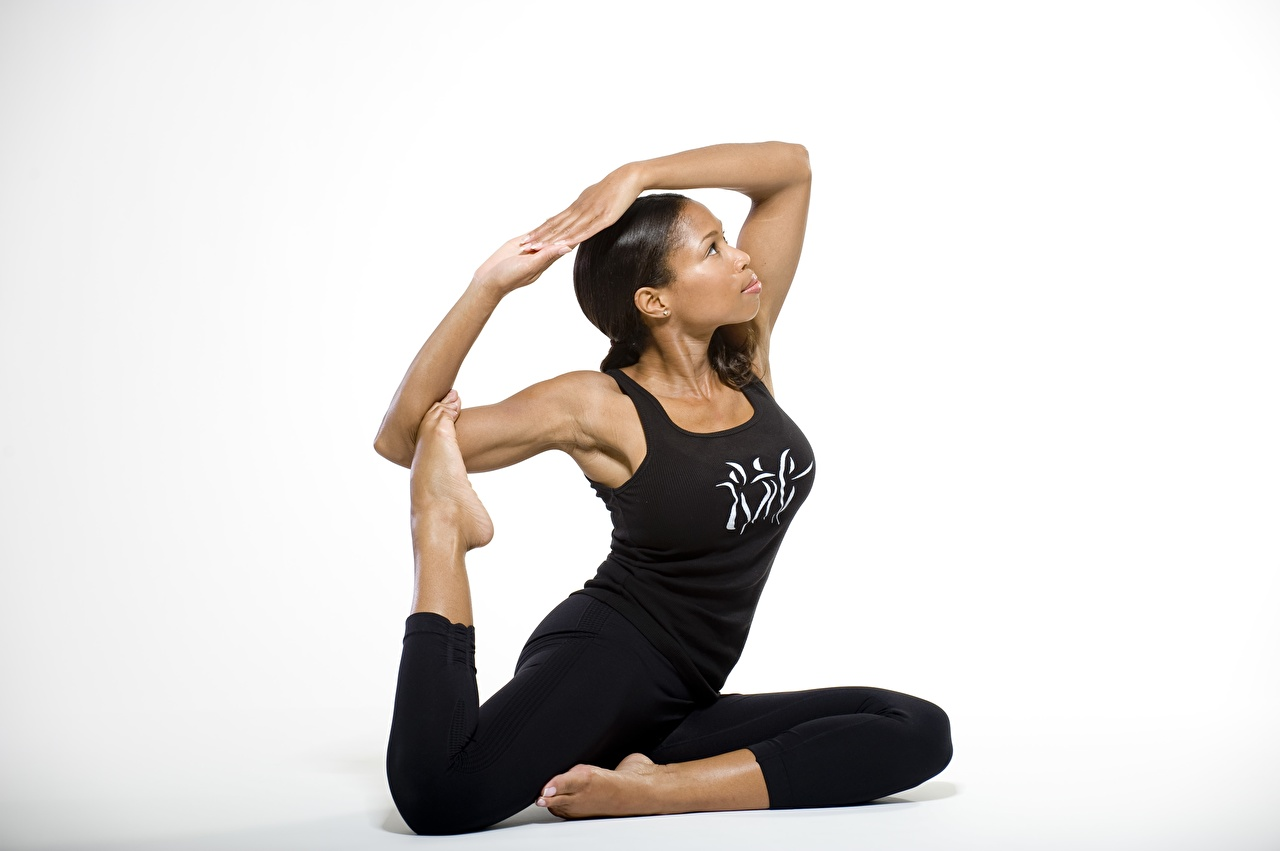 Desktop Hintergrundbilder Brünette Pose Gymnastik junge frau Bein Unterhemd Hand Grauer Hintergrund posiert Mädchens junge Frauen