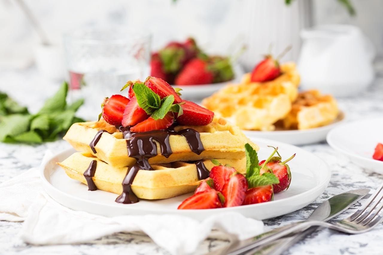 Fotos von Waffeln Schokolade Dessert Erdbeeren Lebensmittel Nachtisch das Essen
