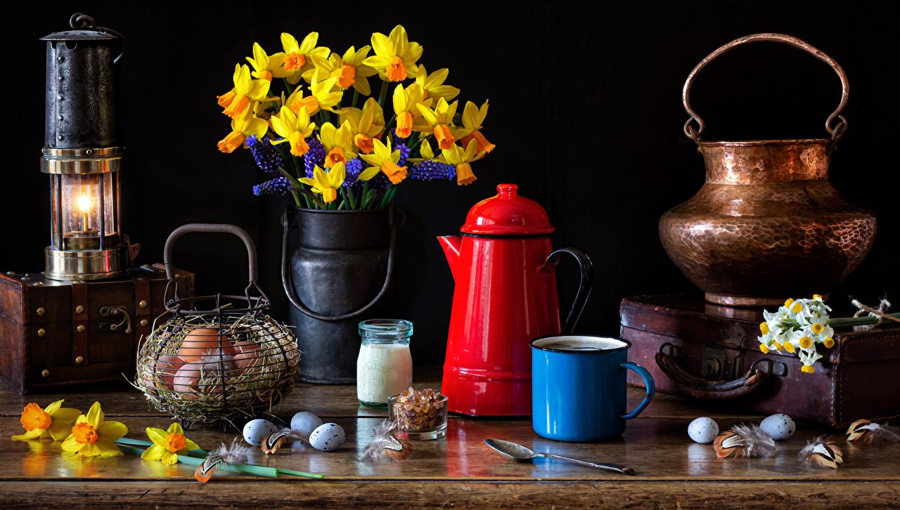 Desktop Hintergrundbilder Ostern Ei Blumen Narzissen Vase Kerzen Becher Lebensmittel Stillleben eier Blüte das Essen