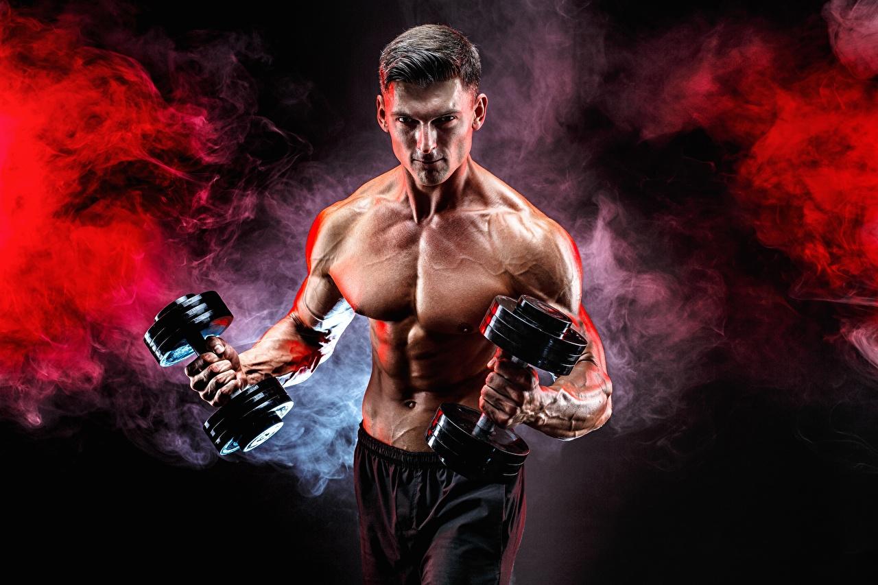 Achtergronden een man Spieren Fitness Dumbbells atletisch Bodybuilding Buik Rook Handen Mannen Sport Dumbbell hand