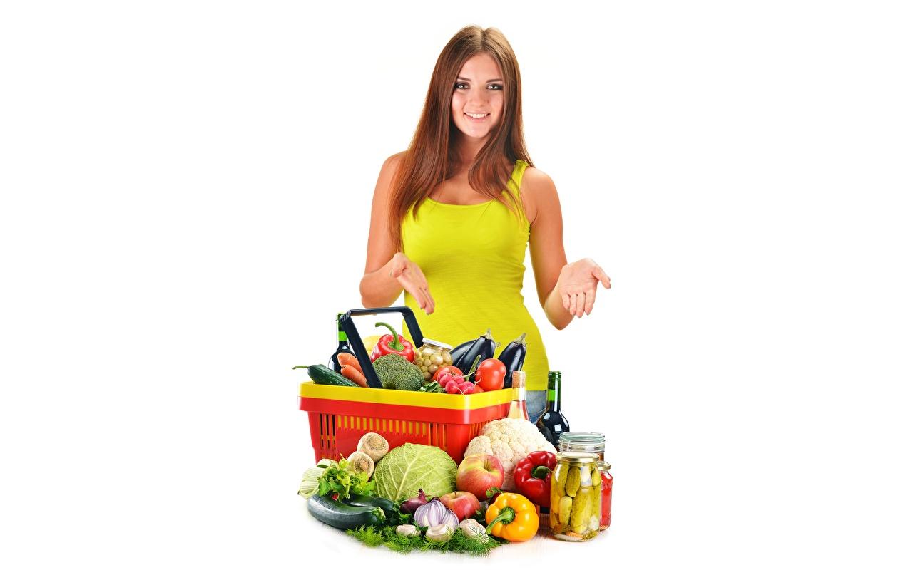 Fotos von Braunhaarige junge Frauen Weidenkorb Gemüse Lebensmittel Weißer hintergrund Braune Haare Mädchens junge frau das Essen