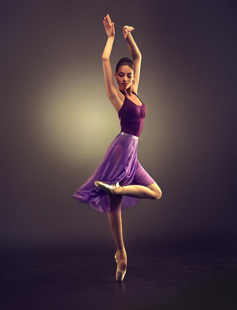 Bilder von Braunhaarige Tanz Mädchens Bein Hand Farbigen hintergrund Braune Haare Tanzen