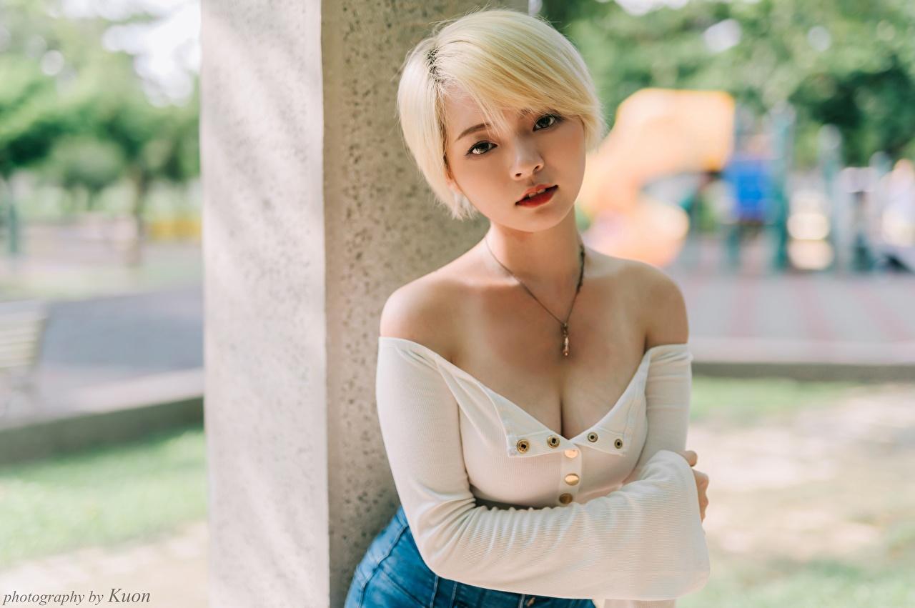 Fotos von Blondine Bokeh dekolletee Mädchens Asiaten Blick Blond Mädchen unscharfer Hintergrund Dekolleté junge frau junge Frauen Asiatische asiatisches Starren