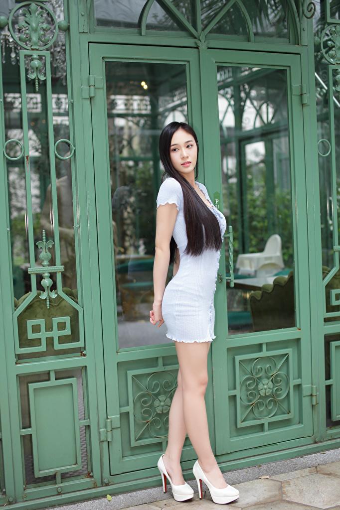 Bilder Brünette Pose junge frau Bein Asiatische Kleid High Heels  für Handy posiert Mädchens junge Frauen Asiaten asiatisches Stöckelschuh