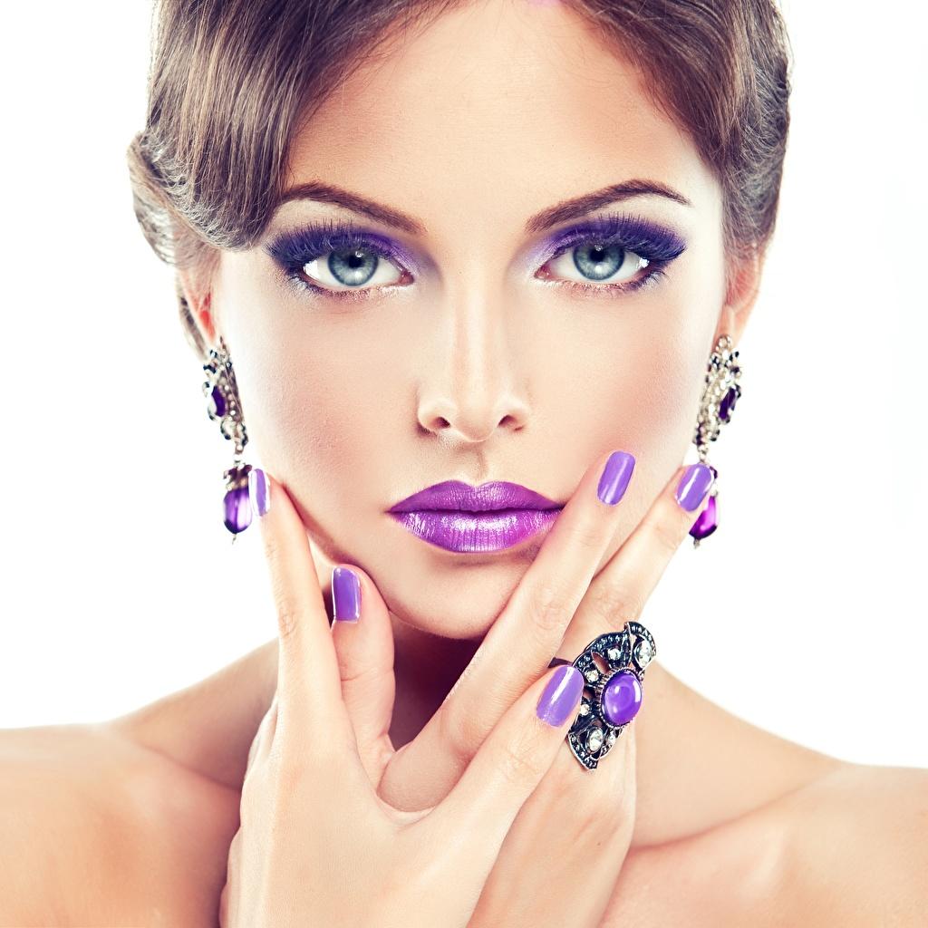 Fotos von Maniküre Schminke Gesicht Violett Mädchens Blick Weißer hintergrund Make Up Starren