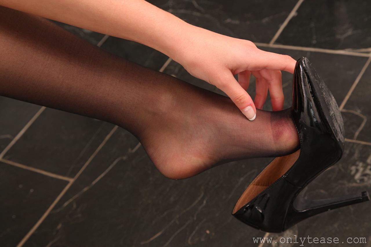 Foto Strumpfhose junge Frauen Bein Hand Nahaufnahme High Heels Mädchens junge frau hautnah Großansicht Stöckelschuh