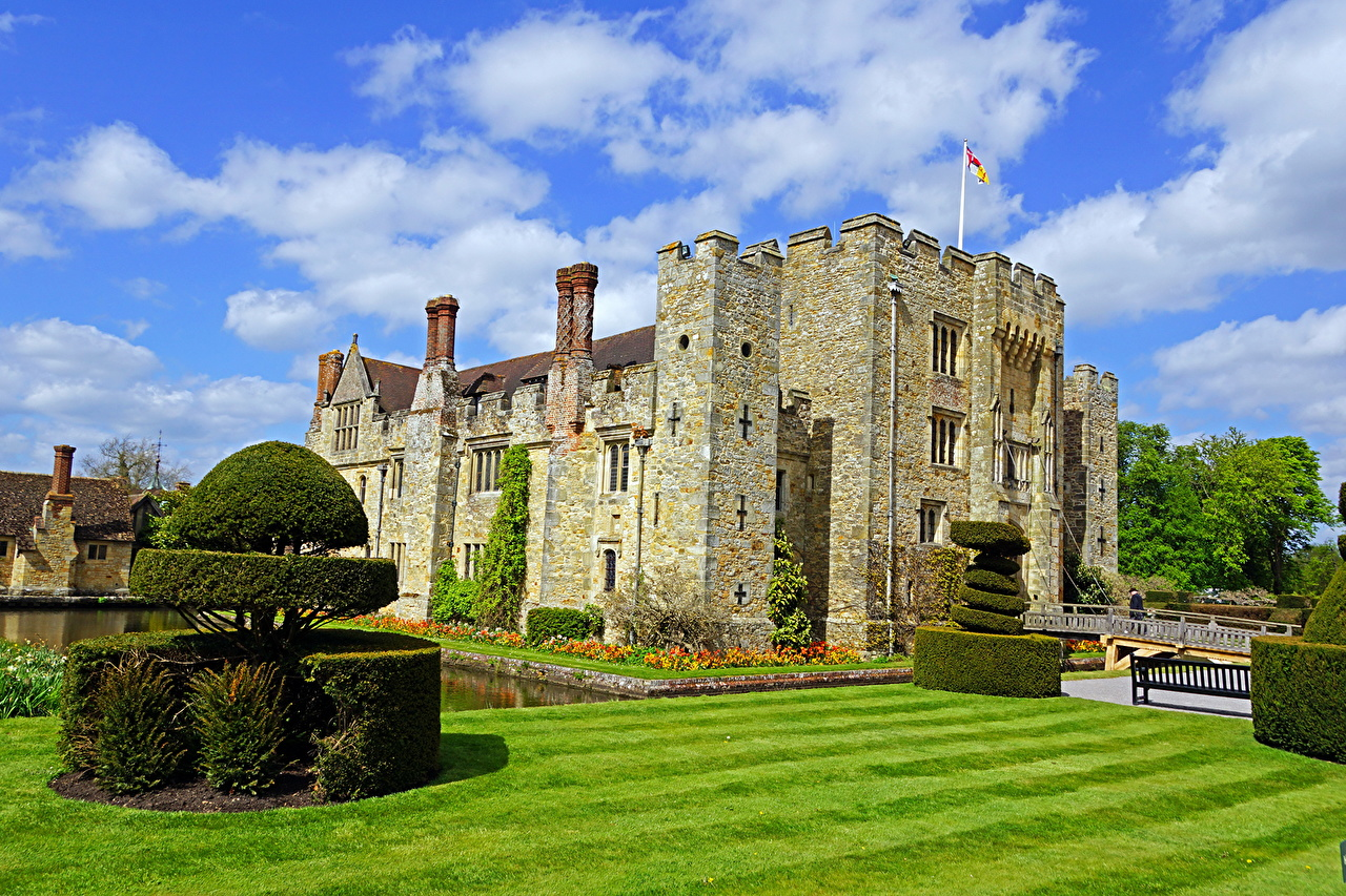 Photo England Hever castle Lawn Made of stone Bush Cities Castles Shrubs
