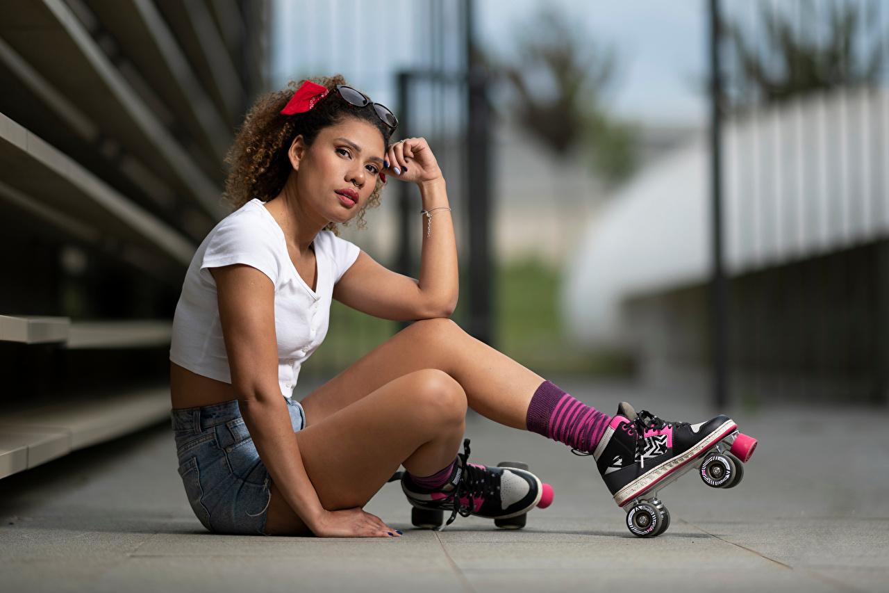 Fotos Bokeh Rollschuh junge frau Bein Sitzend Starren unscharfer Hintergrund Mädchens junge Frauen sitzt sitzen Blick