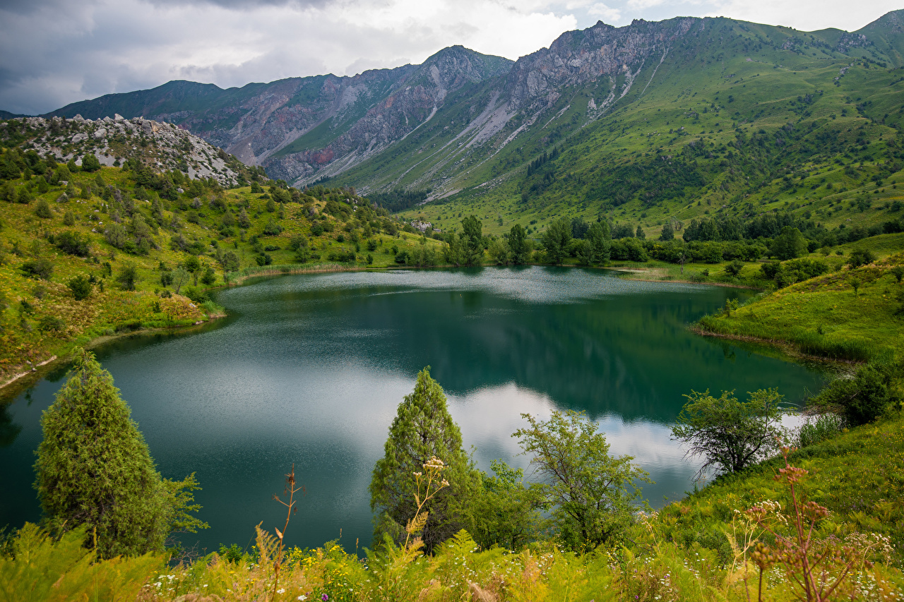 Desktop Hintergrundbilder Lake Sary-Chelek, Kyrgyzstan Natur Gebirge See Berg