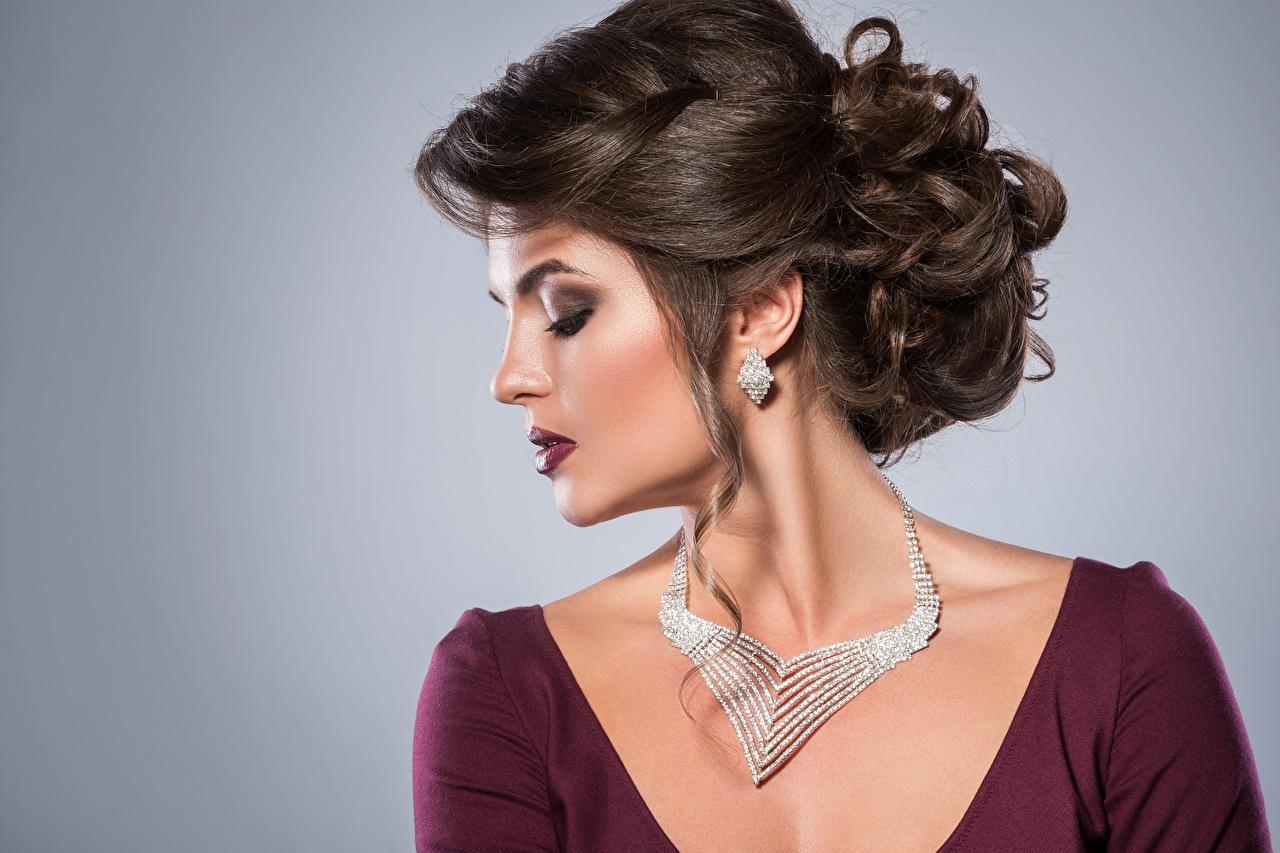 Fotos Model Make Up schönes Frisuren Halskette junge frau Ohrring Grauer Hintergrund Schminke Schön hübsch schöne hübsche schöner hübscher Frisur Mädchens Halsketten junge Frauen