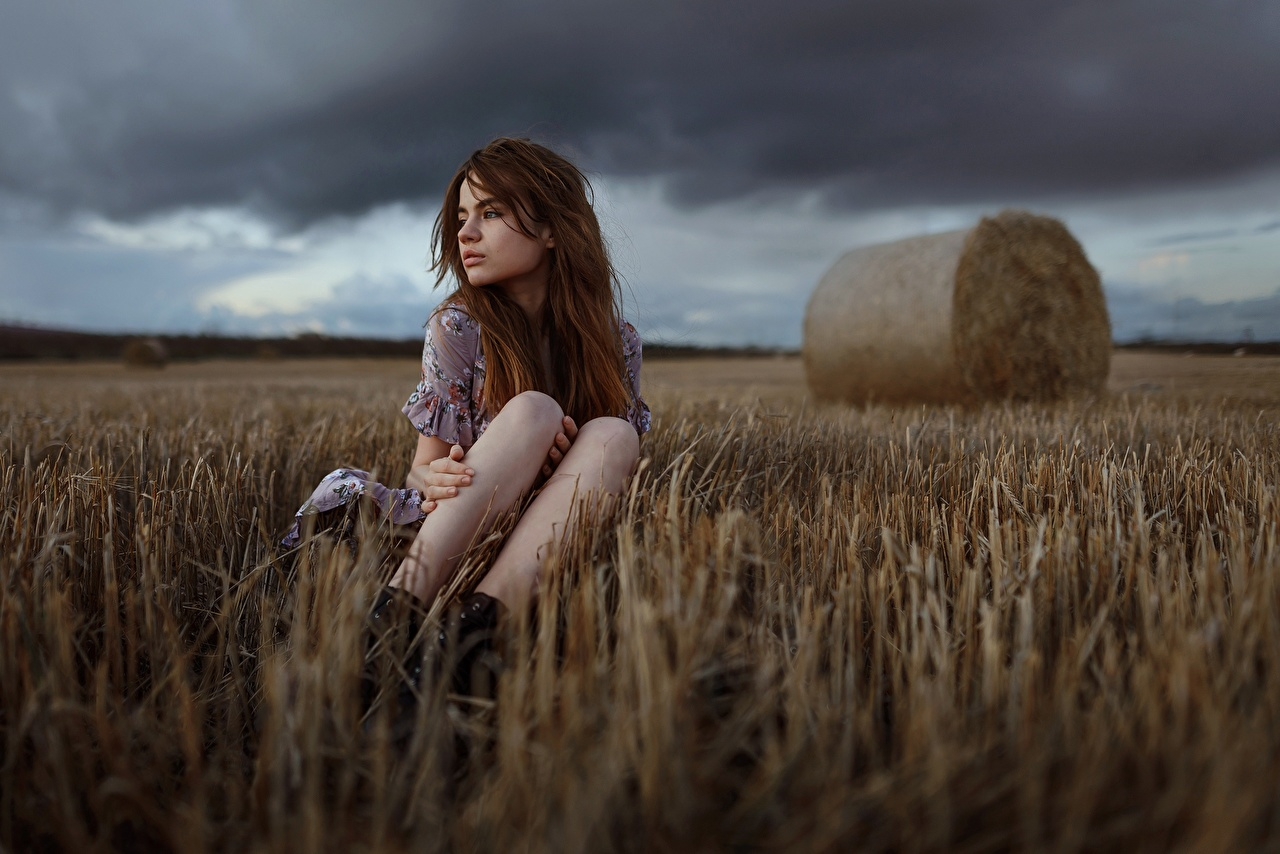 Tapeta na pulpit Aleks Five Chmura burzowa młoda kobieta Nogi Pole rolnictwo Siedzi dziewczyna Dziewczyny młode kobiety pole rolnicze siedzą