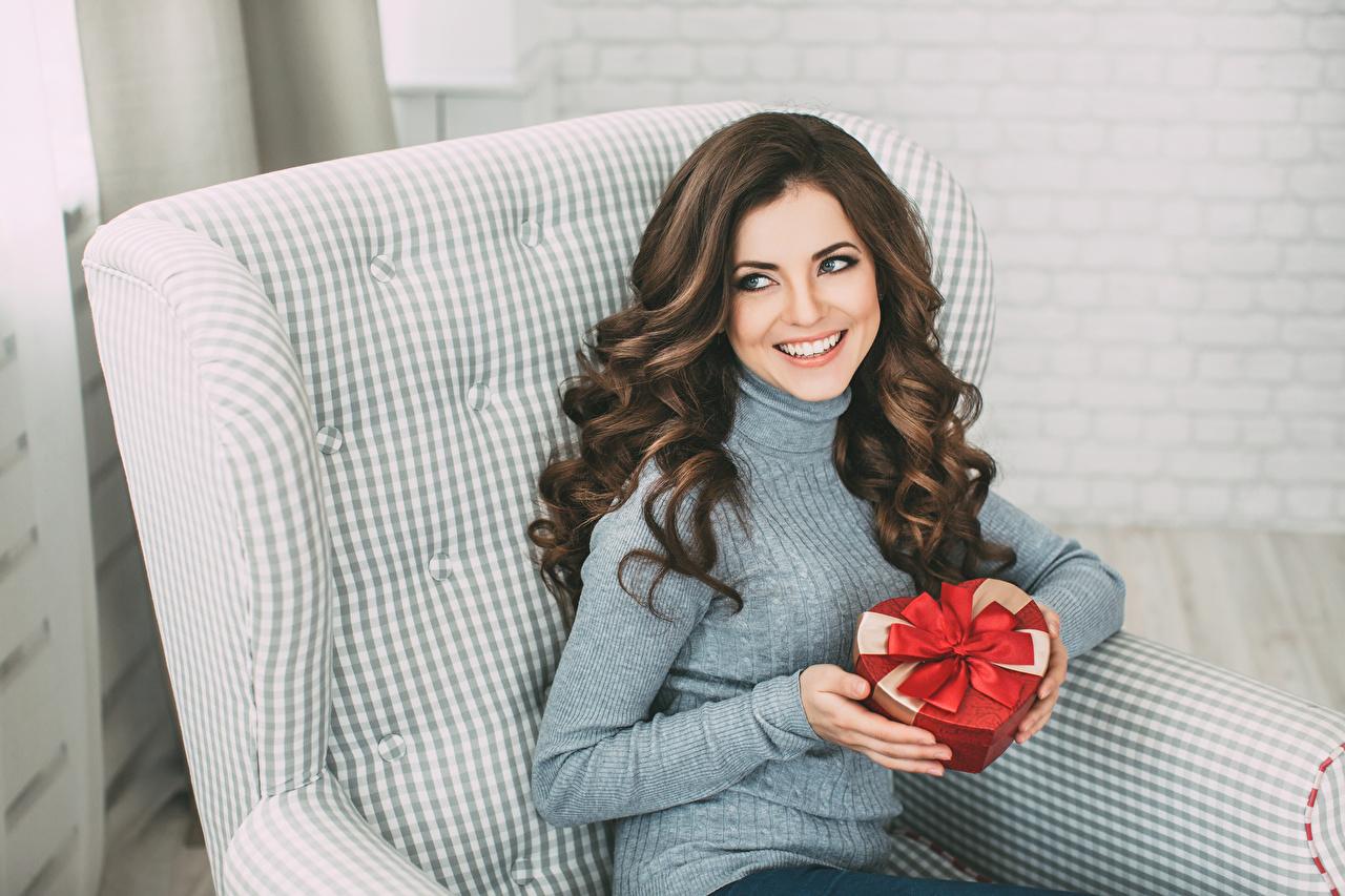 Fotos Braunhaarige Lächeln Schön Mädchens Geschenke Hand Sitzend Braune Haare