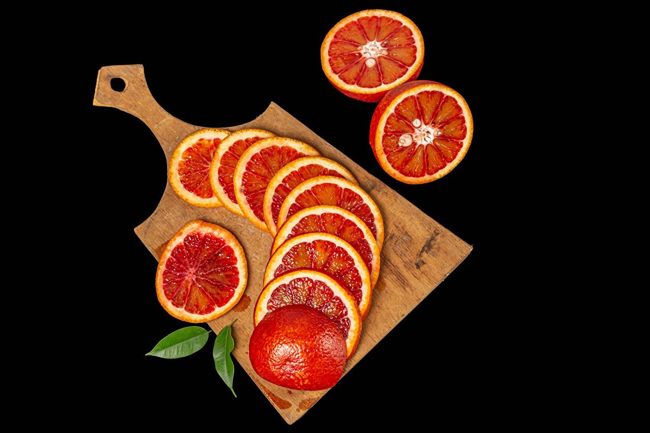 Desktop Hintergrundbilder Grapefruit das Essen Geschnitten Schneidebrett Schwarzer Hintergrund Lebensmittel geschnittene geschnittenes