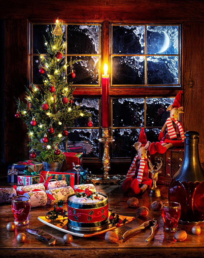 Desktop Hintergrundbilder Neujahr Wein Christbaum Geschenke Kugeln Flasche Fenster Dubbeglas Lichterkette Lebensmittel Stillleben Nussfrüchte  für Handy Tannenbaum Weihnachtsbaum flaschen das Essen Schalenobst