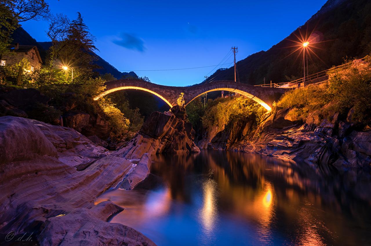 Sfondi del desktop Svizzera Lavertezzo Canton of Ticino ponte Natura Il dirupo Fiumi Notte Lampioni Ponti falesia fiume Di notte notturna
