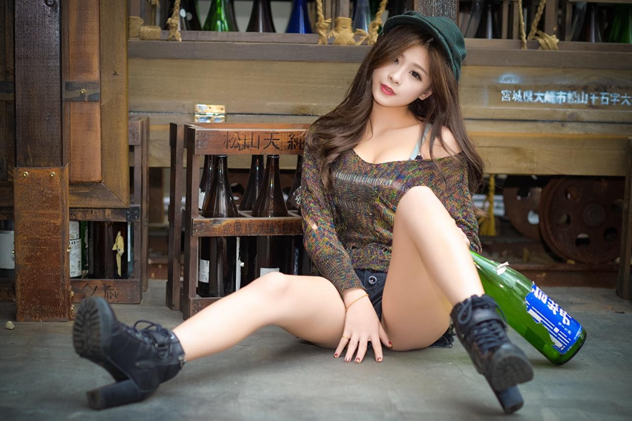 Achtergronden Bruin haar vrouw Jonge vrouwen Benen Aziaten Zitten flessen Baseballpet jonge vrouw aziatisch Fles zittend