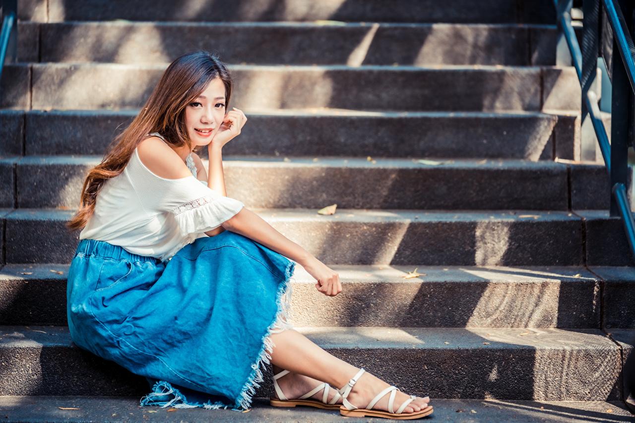 Bilder Braune Haare Treppe junge Frauen asiatisches Sitzend Blick Braunhaarige Stiege Treppen Mädchens junge frau Asiaten Asiatische sitzt sitzen Starren