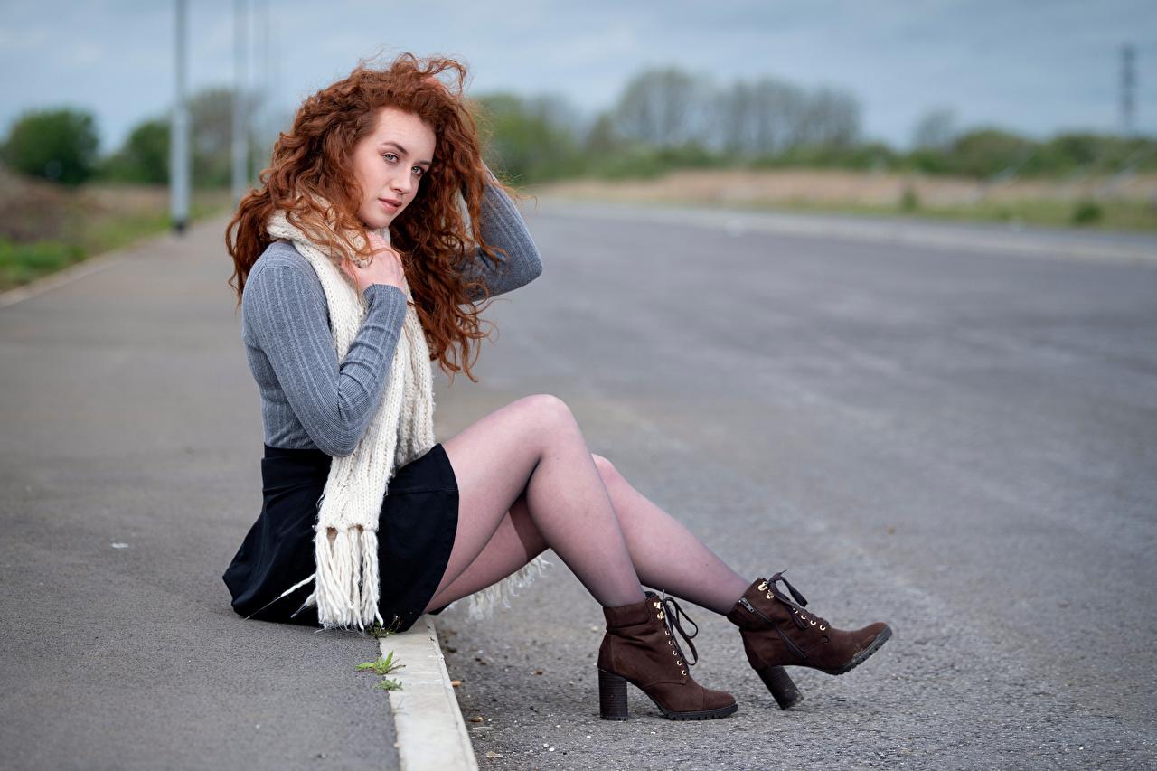 Desktop Hintergrundbilder Rotschopf Schal Bokeh Boots Mädchens Bein Sweatshirt sitzt unscharfer Hintergrund junge frau junge Frauen sitzen Sitzend