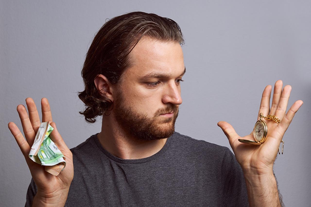 Fotos von Papiergeld Mann Barthaar Taschenuhr Uhr Hand Geld Finger Grauer Hintergrund Banknoten Geldscheine