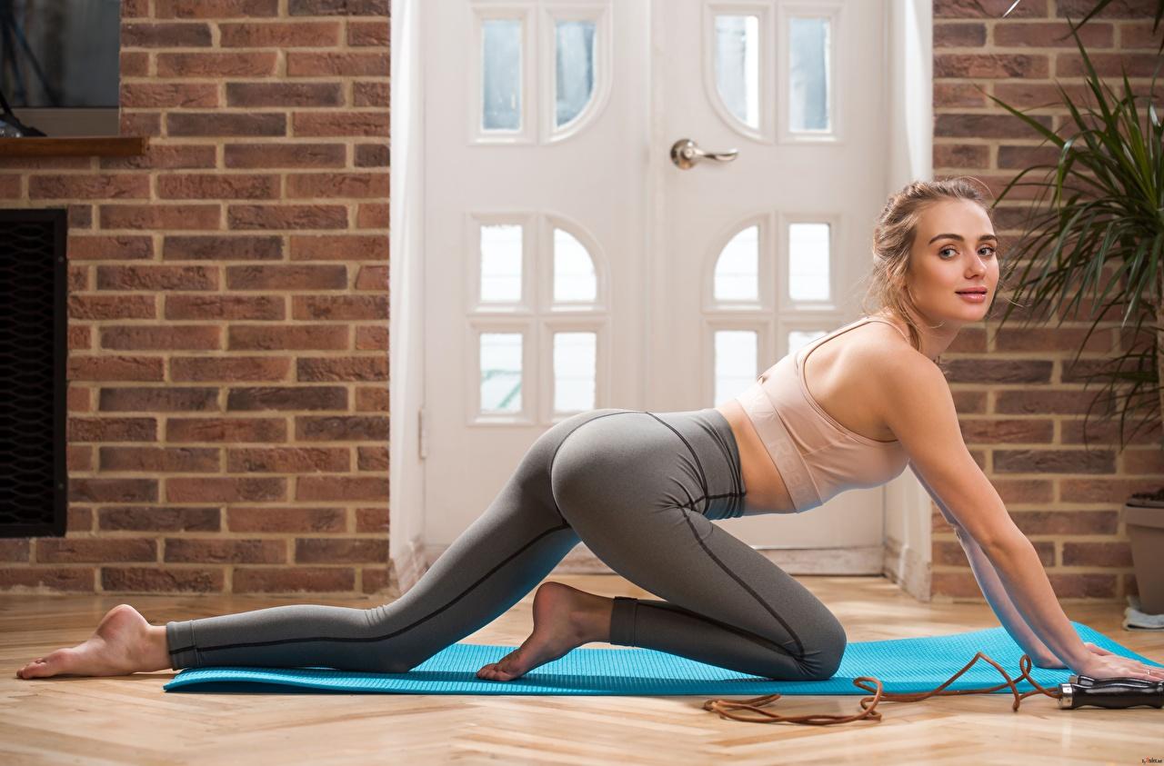 Fotos von Blond Mädchen posiert Fitness Mädchens Bein Hand Uniform Blondine Pose junge frau junge Frauen
