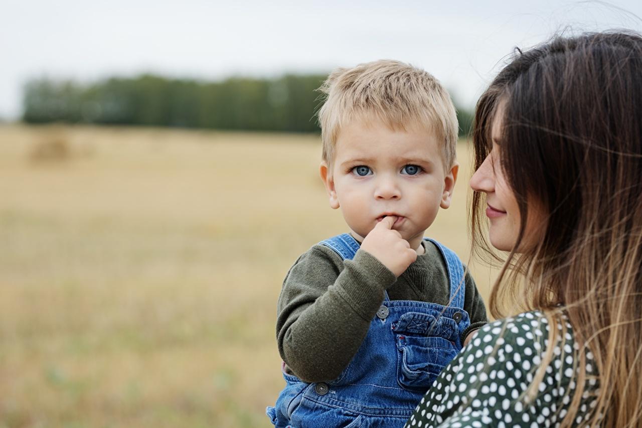 Desktop Hintergrundbilder Junge Mutter unscharfer Hintergrund kind Zwei Blick jungen Bokeh Kinder 2 Starren
