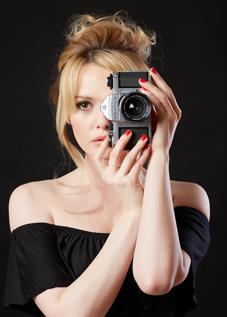 Foto Carla Monaco Blond Mädchen Fotoapparat Mädchens Hand  für Handy Blondine junge frau junge Frauen