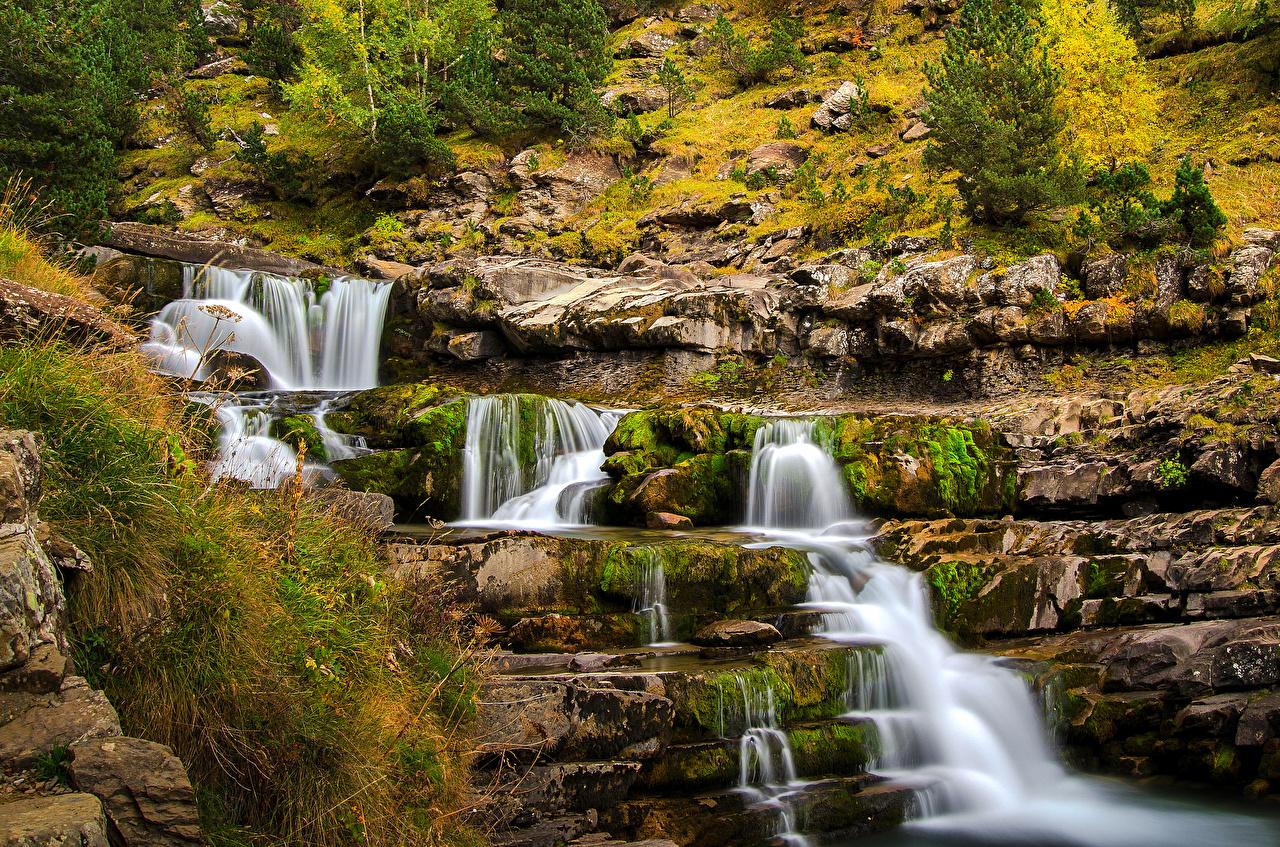 Desktop Hintergrundbilder Spanien Ordesa Aragon Natur Wasserfall Gras Stein Laubmoose Steine