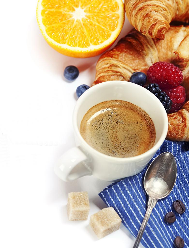 、コーヒー、ラズベリー、ブルーベリー、オレンジ、クロワッサン、白背景、ティーカップ、スプーン、砂糖、食べ物、食品、用 携帯電話