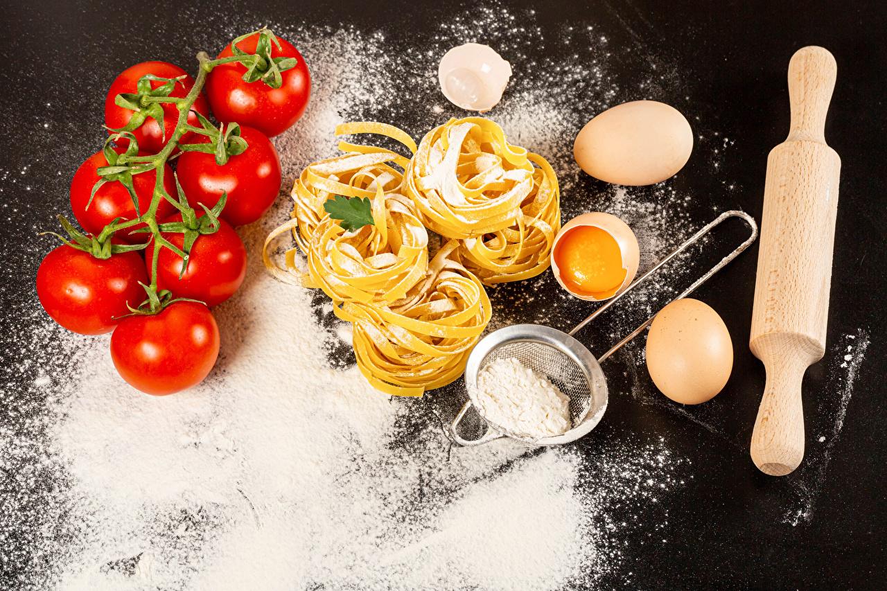 Bilder von eier Mehl Tomate Makkaroni Lebensmittel Grauer Hintergrund Ei Tomaten das Essen