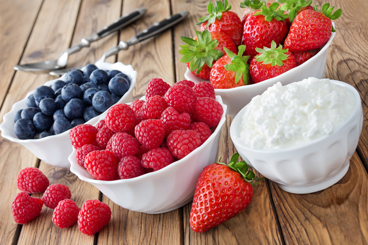 Images Cream Bowl Raspberry Strawberry Blueberries Food Berry Wood planks boards