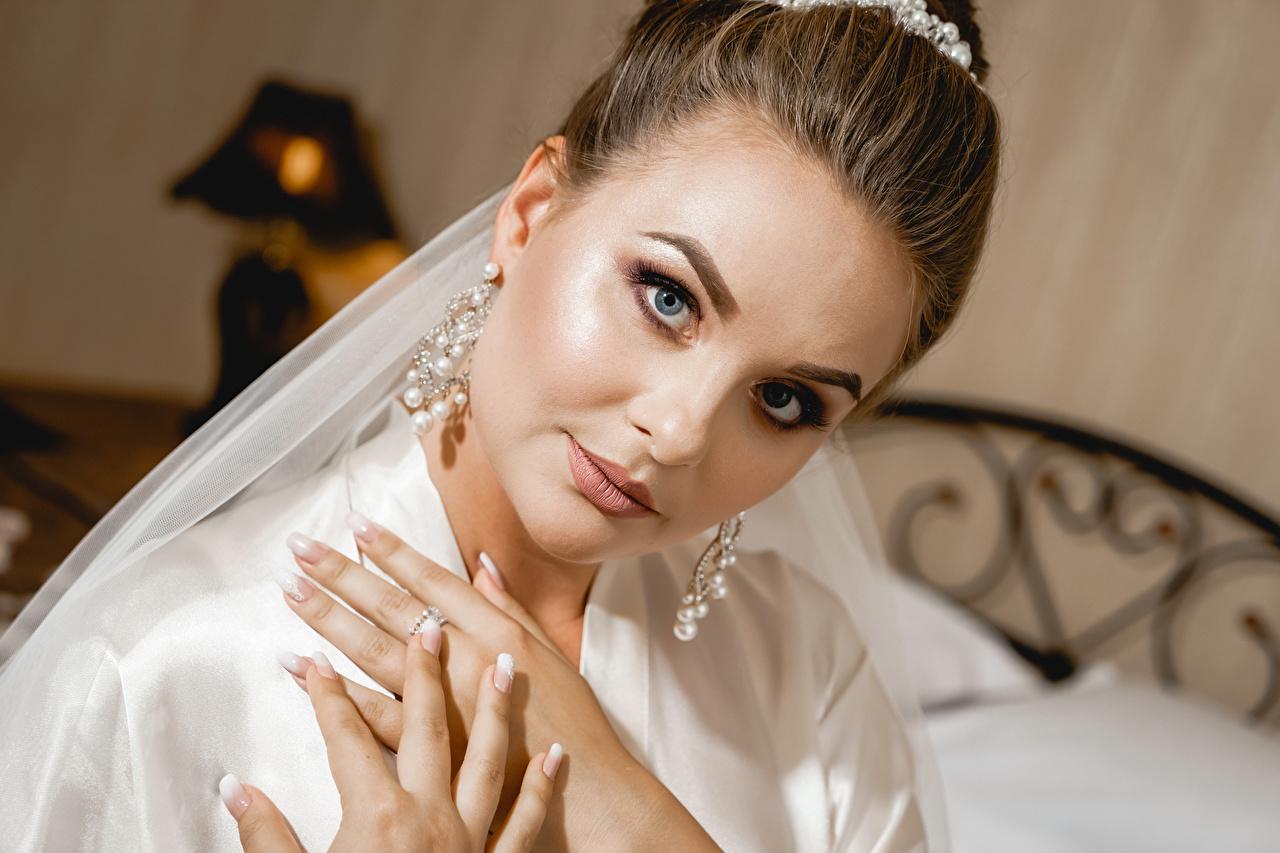 Tapety Szatenka Manicure dziewczyna Palce Kolczyki Spojrzenie brązowowłosa dziewczyna dziewczyna z brązowymi włosami Dziewczyny młoda kobieta młode kobiety wzrok
