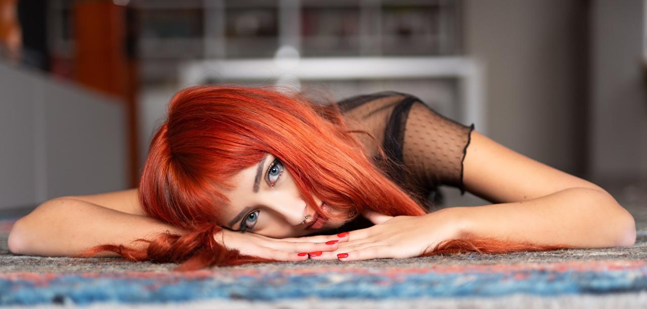 Fotos von Rotschopf Maniküre hinlegen unscharfer Hintergrund junge frau Hand Starren Liegt ruhen Liegen Bokeh Mädchens junge Frauen Blick