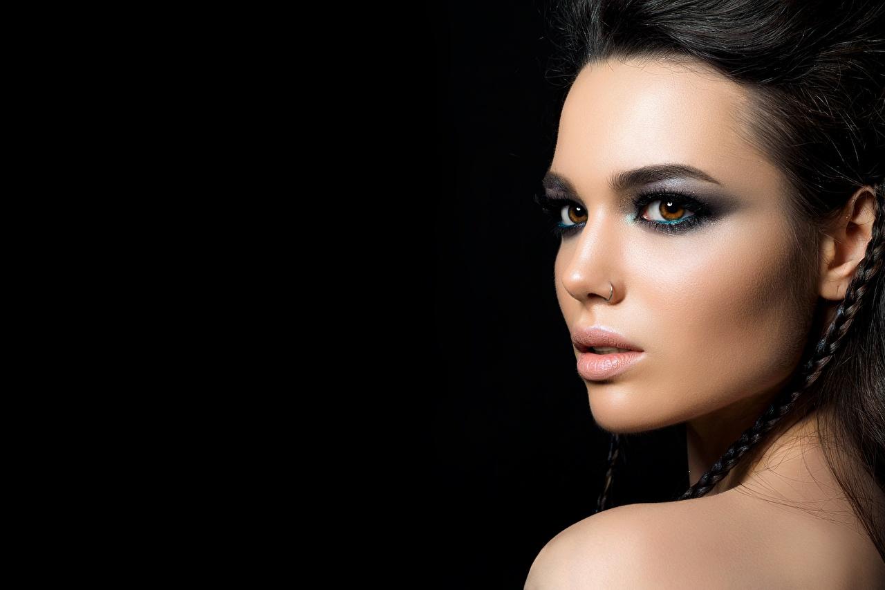 Foto Brünette Piercing Schminke Gesicht Mädchens Starren Schwarzer Hintergrund Make Up junge frau junge Frauen Blick