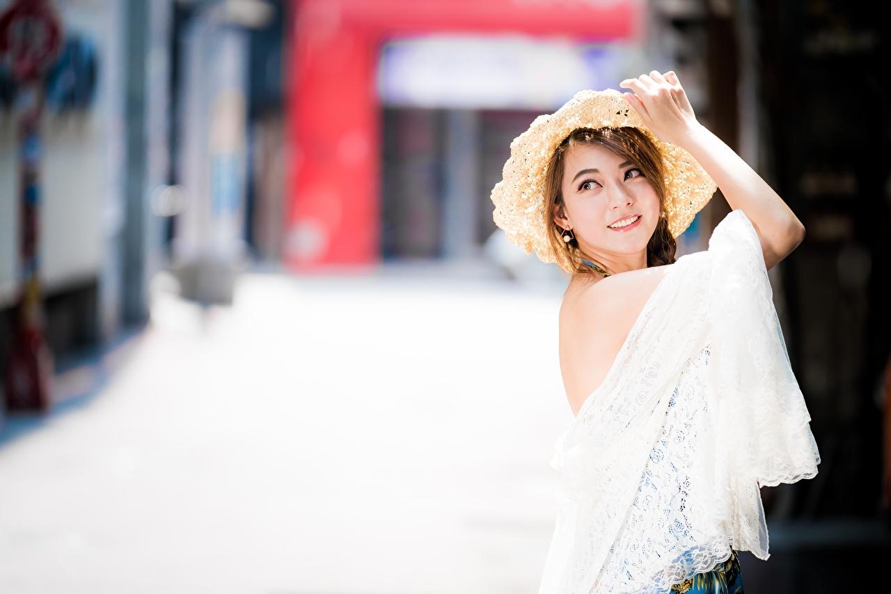 Bilder von Braunhaarige unscharfer Hintergrund Der Hut junge frau Asiaten Hand Blick Braune Haare Bokeh Mädchens junge Frauen Asiatische asiatisches Starren
