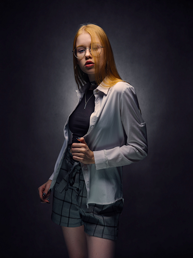 Foto Rotschopf Lisa, Nikolay Bobrovsky Pose Hemd junge Frauen Brille Starren  für Handy posiert Mädchens junge frau Blick